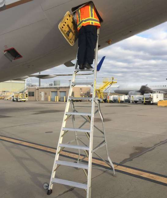 11 Foot Lnc Pylon With Technician Inside Section 48 Panel On Boeing 757 On Tarmac