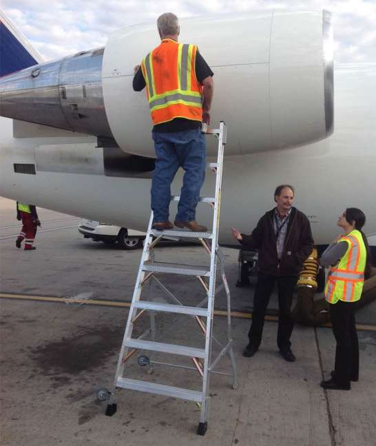 8' LNC Pylon Engine Ladder with Bombardier CRJ on tarmac