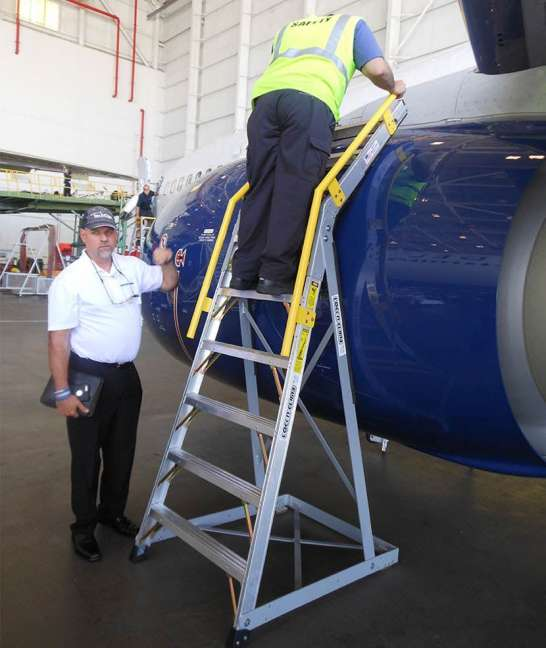 9' Cowl Pylon Ladder on Boeing 737 engine with technician climbing down