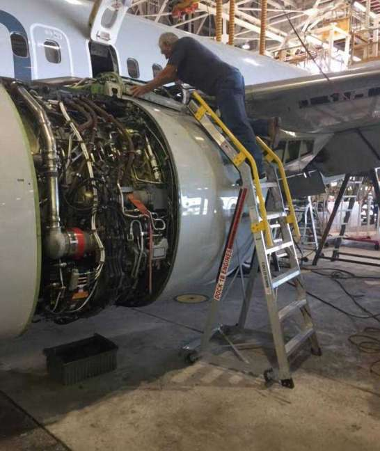 9' LNC Pylon Engine Ladder with tech servicing Boeing 737