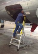 6' Forward Entry Ladder on Boeing 737 with technician